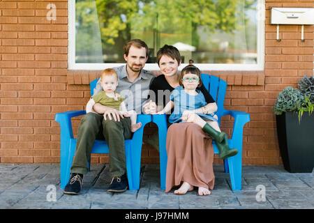 Porträt von Eltern mit Töchtern (2-3, 12-17 Monate) - Stockfoto