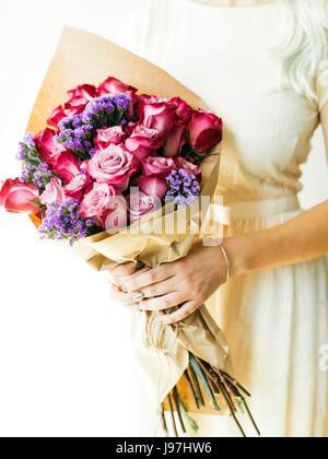Frau Holding Bouquet mit Rosen - Stockfoto