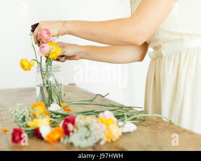 Frau Glas Blumen Inbetriebnahme - Stockfoto