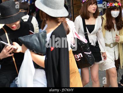 Junge Japaner krähte zu Fuß durch Takeshita Straße in Harajuku, Tokio. - Stockfoto