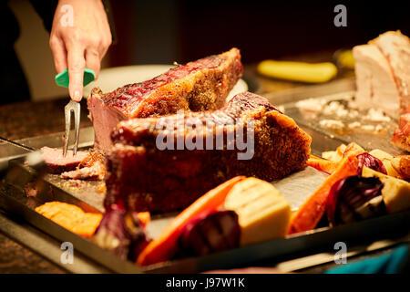 Fleischbuffet Pub, Türkei wird an der Theke in Scheiben geschnitten. - Stockfoto