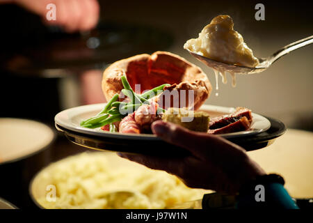 Fleischbuffet Pub, traditionelle Sonntag Glück auf einem Teller - Stockfoto
