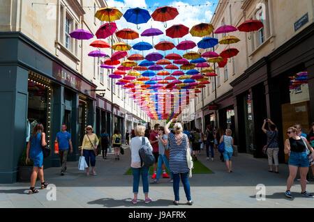 """Bath, Somerset, Großbritannien Wetter. 1. Juni 2017. Die Menschen gehen im Schatten unter 'Umbrella Street""""in SouthGate. - Stockfoto"""