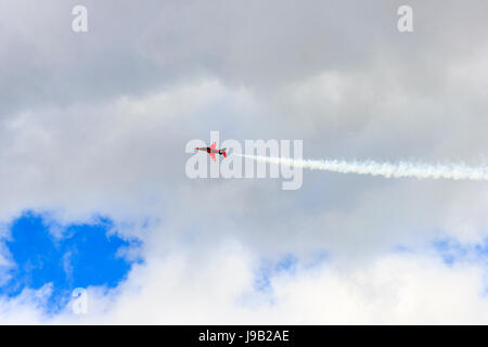 Kunstflug Display durch die roten Pfeile Royal Air Force Kunstflugstaffel in Weymouth, England, August 2014 - Stockfoto