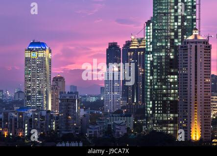 Sonnenuntergang über Jakarta South Central Business District, mit Bank-Türme und Luxus Eigentumswohnung Gebäude - Stockfoto