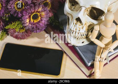 Wissen durch das Telefon anatomische Buch Arzt Film Schädel auf Oldtimer Bücher - Stockfoto