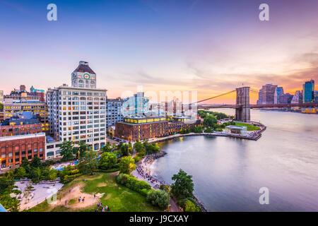 New Yorker Finanzviertel Skyline bei Sonnenuntergang über den East River. - Stockfoto