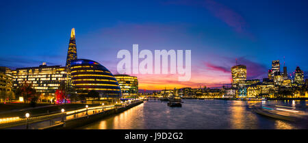 Panorama, Promenade an der Themse, Potters Fields Park, Skyline der City of London, Gherkin, Leadenhall Gebäude - Stockfoto