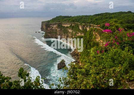 Die steilen Klippen im Bereich Uluwatu Tempel (Pura Luhur Uluwatu) Uluwatu, Bali, Indonesien, Südostasien, Asien - Stockfoto