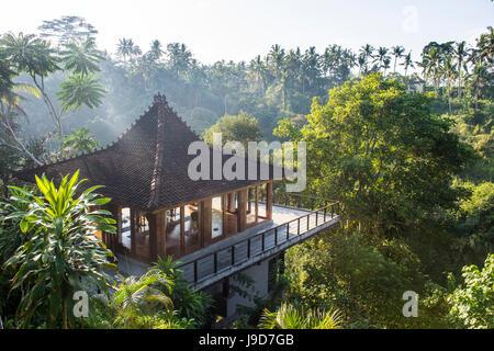 Schöner Pavillon mit Blick auf ein Tal, Kamandalu Ubud Resort, Ubud, Bali, Indonesien, Südostasien, Asien - Stockfoto