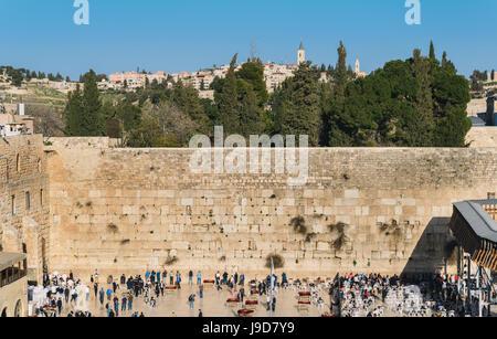Trennung zwischen den Männerbereich auf links und weiblichen Bereich rechts von der (westlichen) Klagemauer in Jerusalem, - Stockfoto