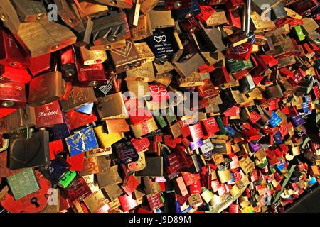Liebesschlösser auf Hohenzollernbrücke, Köln, Nordrhein-Westfalen, Deutschland, Europa - Stockfoto