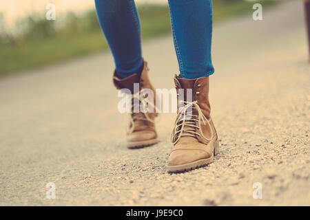 Reisenden Frau Beine auf der Straße - Stockfoto