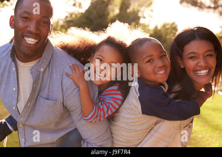 Porträt von Happy Family im Sommergarten - Stockfoto