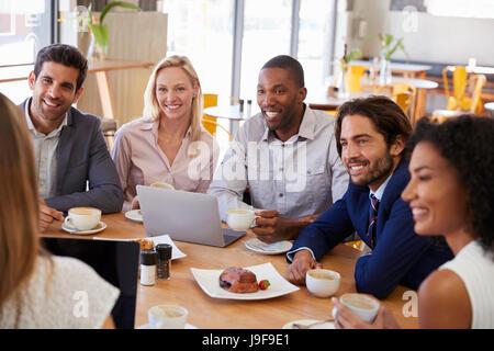 Gruppe von Geschäftsleuten mit treffen In Coffee-Shop - Stockfoto