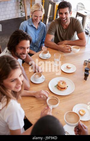 Overhead Schuss von Freunden treffen zum Mittagessen im Café - Stockfoto