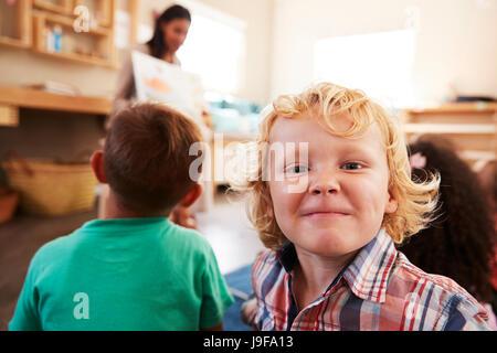 Lehrer an der Montessori-Schule und Lesung für Kinder Märchenstunde