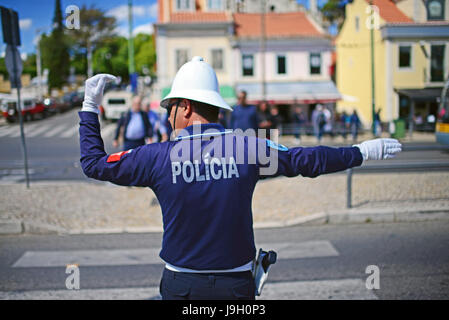 Polizist Verkehrskontrollen Verkehr in Belem, Lissabon - Stockfoto