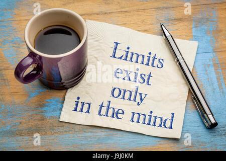Grenzen existieren nur im Kopf - inspirierende Handschrift auf einer Serviette mit einer Tasse Espressokaffee - Stockfoto