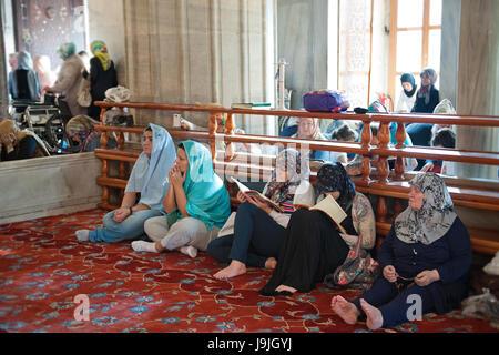 Frauen beten an blaue Moschee, Istanbul, Türkei - Stockfoto