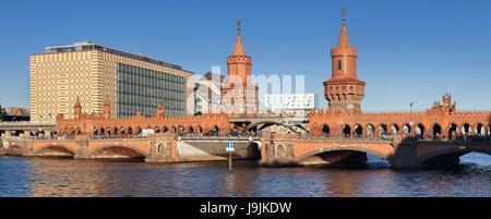 Oberbaumbrücke über die Spree zwischen Kreuzberg und Friedrichshain, Universal Music, Berlin, Deutschland - Stockfoto