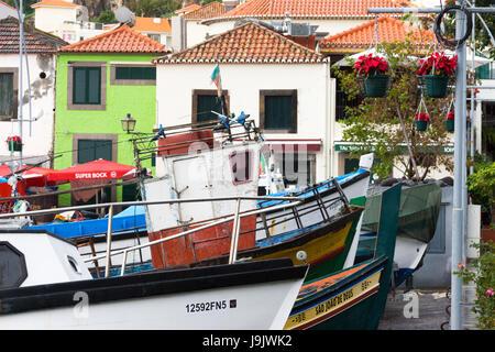 Angelboote/Fischerboote und Dorf beherbergt in Câmara De Lobos, Madeira - Stockfoto