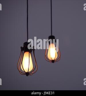 Edison hängenden Glühbirnen auf lila einfarbigen Hintergrund - Stockfoto