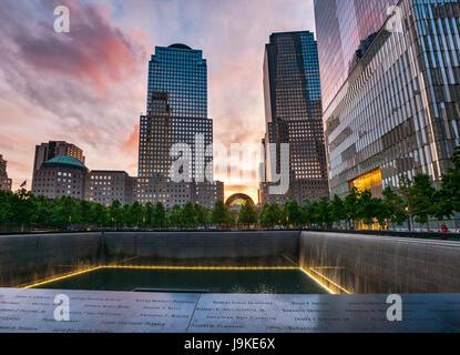 9/11 Memorial, das National September 11 Memorial & Museum bei Sonnenuntergang, New York - Stockfoto