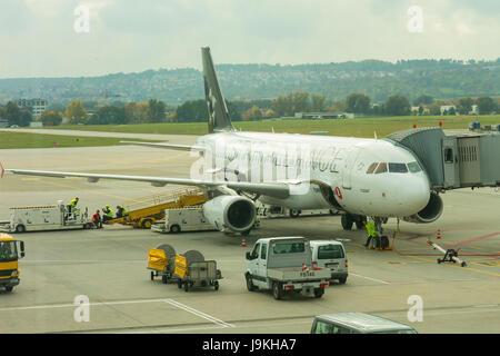 Stuttgart, Deutschland - 26. Oktober 2016. Ein Flugzeug aus starten Bündnis am internationalen Flughafen von Stuttgart, - Stockfoto