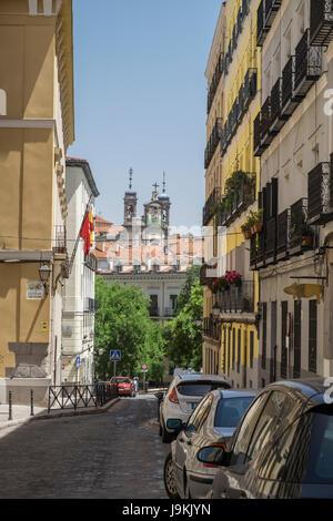 Straßenszene entlang Calle Del Granado, mit Blick auf die Basilica St. Michaels Kirche, Madrid, Spanien - Stockfoto