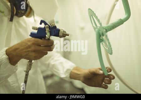mann oder arbeiter mit spritzpistole spray die linse farbe. Black Bedroom Furniture Sets. Home Design Ideas