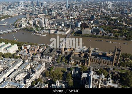 Luftaufnahme des Palace of Westminster bedeckt derzeit im Gerüstbau repariert. Allgemein bekannt als die Houses - Stockfoto