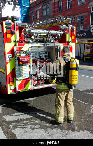 Feuerwehrmann Atemschutzgerät tragen, nach der Teilnahme an einem Feuer in Liverpool - Stockfoto