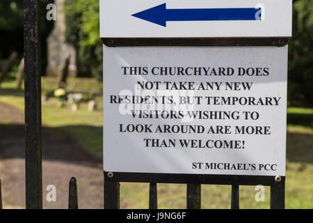 Amüsante Friedhof Zeichen in Bier, Devon. Beachten Sie lustige Friedhof. - Stockfoto