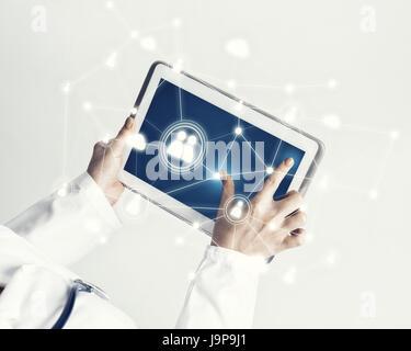 Schließen der Ärztin Hände arbeiten mit Tablet-pc-computer - Stockfoto
