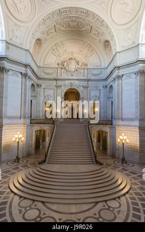 San Francisco, Kalifornien - 1. Juni 2017: San Francisco City Hall. Die Rotunde mit Blick auf die große Treppe und - Stockfoto