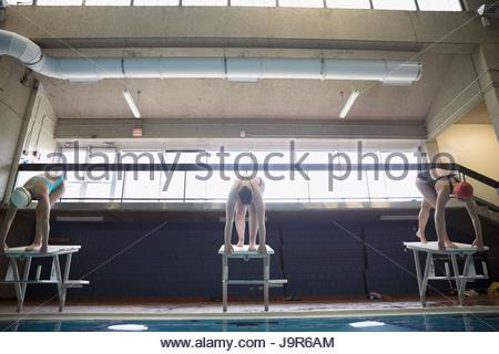 Junge Frauen Schwimmer bereit, beim Schwimmbad Plattform anzufangen - Stockfoto