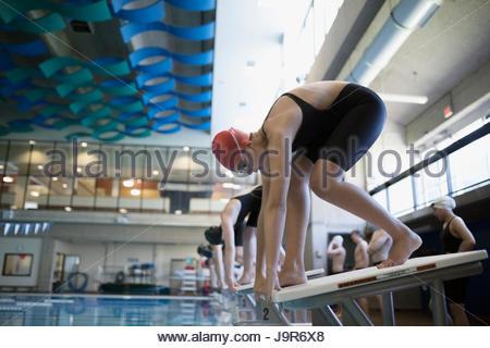 Schwimmer beim Start der Plattform am Pool bereit - Stockfoto