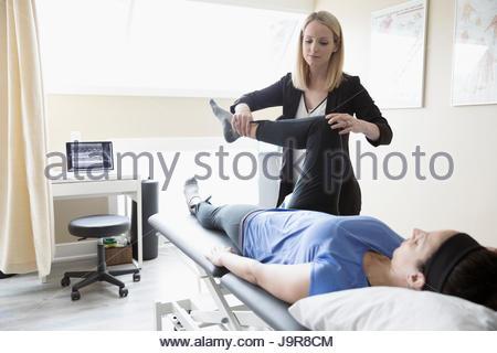 Weibliche Physiotherapeutin Frau im Untersuchungsraum Klinik Dehnung - Stockfoto