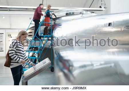 Familie sucht im Flugzeug in warmen Museum hangar - Stockfoto