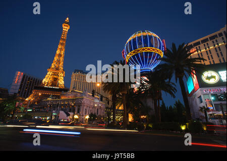 Hotel in Paris in der Dämmerung, Las Vegas, Nevada, USA. - Stockfoto