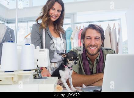 Mode-Designer und Chihuahua Blick in die Kamera - Stockfoto
