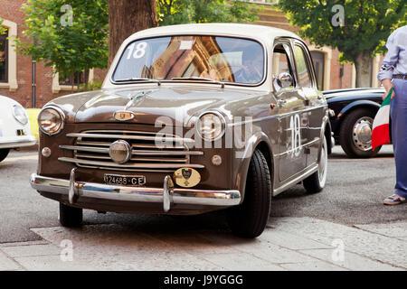 CASALE MONFERRATO, Italien - Juni 8:1955 Fiat 1100 103 angetrieben BISCALDI Alessandro MONTELPARE Manuela vor dem - Stockfoto