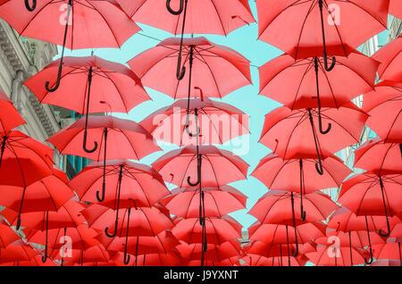 Viele rote Schirme in einem Reihen, Aufhängen in den Himmel. - Stockfoto