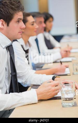 Geschäftsmann, lauschte während der Sitzung - Stockfoto