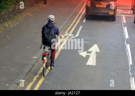 Junges Mädchen auf Fahrrad Radfahrer im Straßenverkehr stark befahrene Straße in der Nähe Fahrradweg und Gefahr - Stockfoto