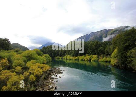 Fluss Futaleufú fließt, bekannt für Wildwasser-rafting, Patagonien, Südchile. - Stockfoto