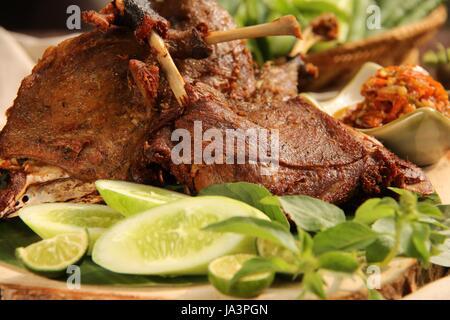 Bebek Goreng, ein beliebtes indonesisches Gericht gebratene Ente, serviert mit roten Chili-Paste