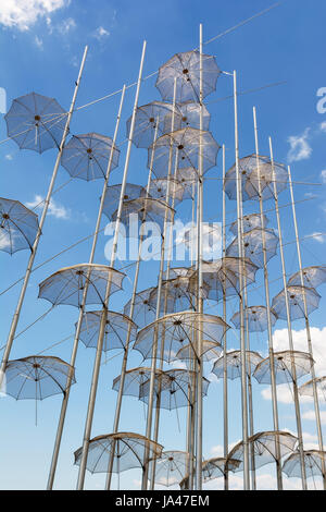 Die Schirme Installation an der neuen Uferpromenade von Thessaloniki 1997, Griechenland von George Zongolopoulos - Stockfoto