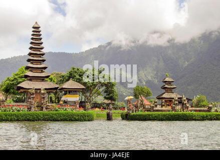 Wasser-Tempel namens Pura Ulun Danu Bratan in Bali, Indonesien - Stockfoto